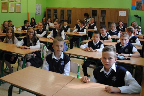 Uczniowie Szkoły Podstawowej nr 45 w Krakowie w stroju galowym
